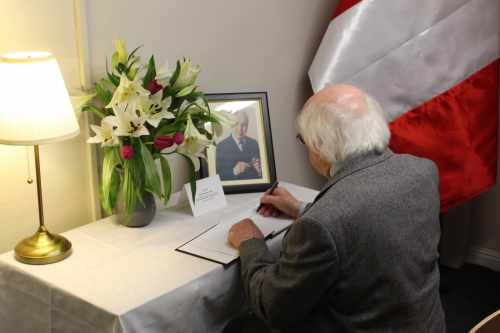 President signs the book of condolence on the death of former UN Secretary General Pérez de Cuéllar